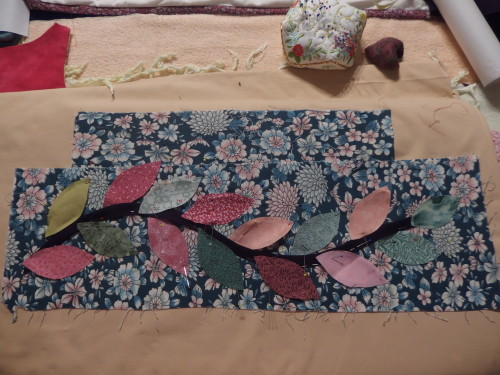 Last night I was thinking PNG quilt still needed more!  May be some leaves in the border so made up a wee sample.
