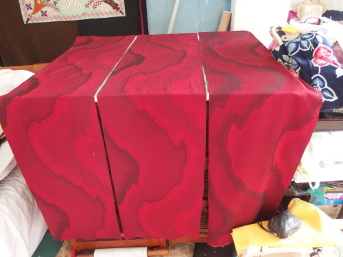 I want some some red fabric for the backing of my first Quilty365 circles quilt,  Im going to make little quilts using 90 squares in each quilt.  I have just sat and upicked a red heavy woven silk kimono.