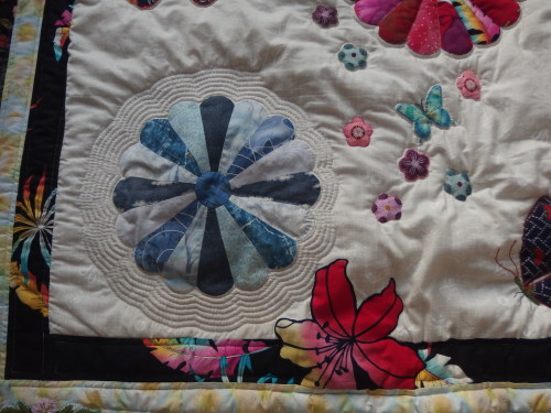 Close up of the echo quilting.