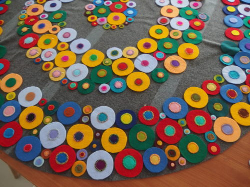 I have managed to applique the centres on to 1/4 of the outer ring over the last week but thats all